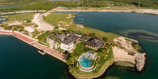 Villa Varadero, Private Beach and 200 feet Boat Private Dock inside prestigious Caribbean Marina