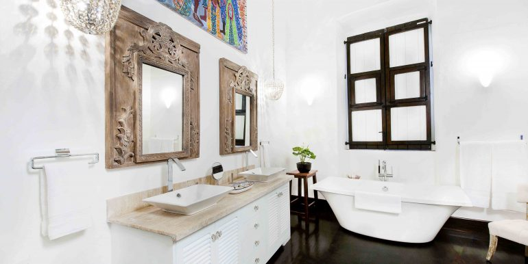 Luxury Double-Bathroom2
